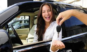 femme et clés de voiture