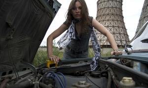 femme regarde moteur