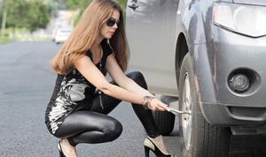 Femme change une roue