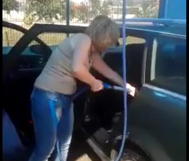 une femme lave l 39 int rieur de sa voiture au karcher. Black Bedroom Furniture Sets. Home Design Ideas