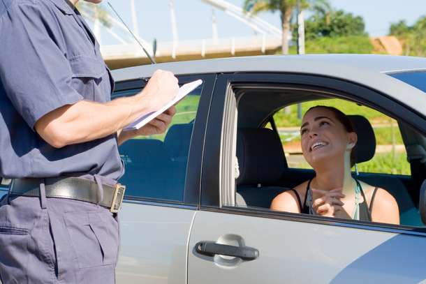 Femme supplie un policier