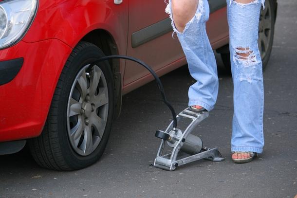 femme gonfle pneu