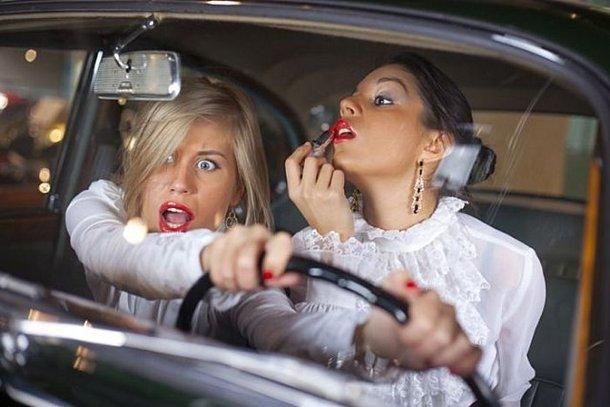 femme maquillage au volant